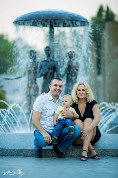 семейное фото с маленьким ребенком