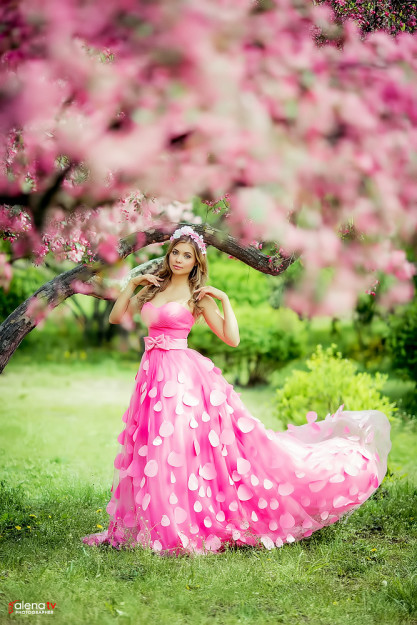 фотосессия в цветущем саду с красивым платьем