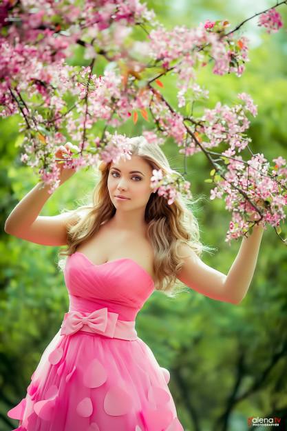 позы для фотосессии в цветущем саду