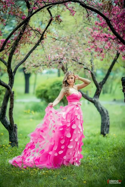 фотосессия в цветущем саду в красивом платье