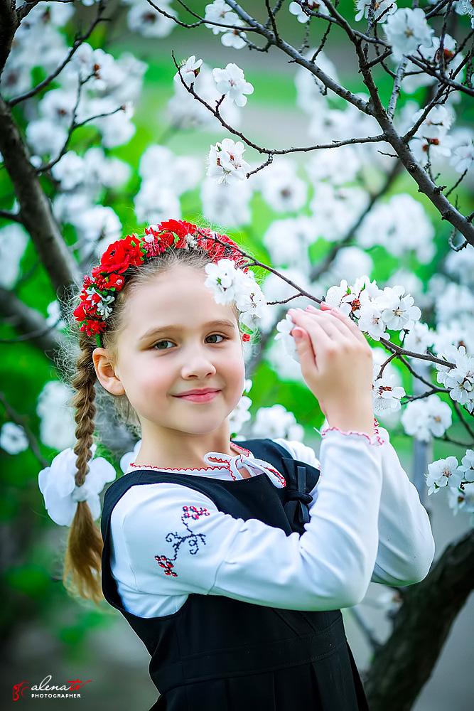 фото девочки в цветущих деревьях