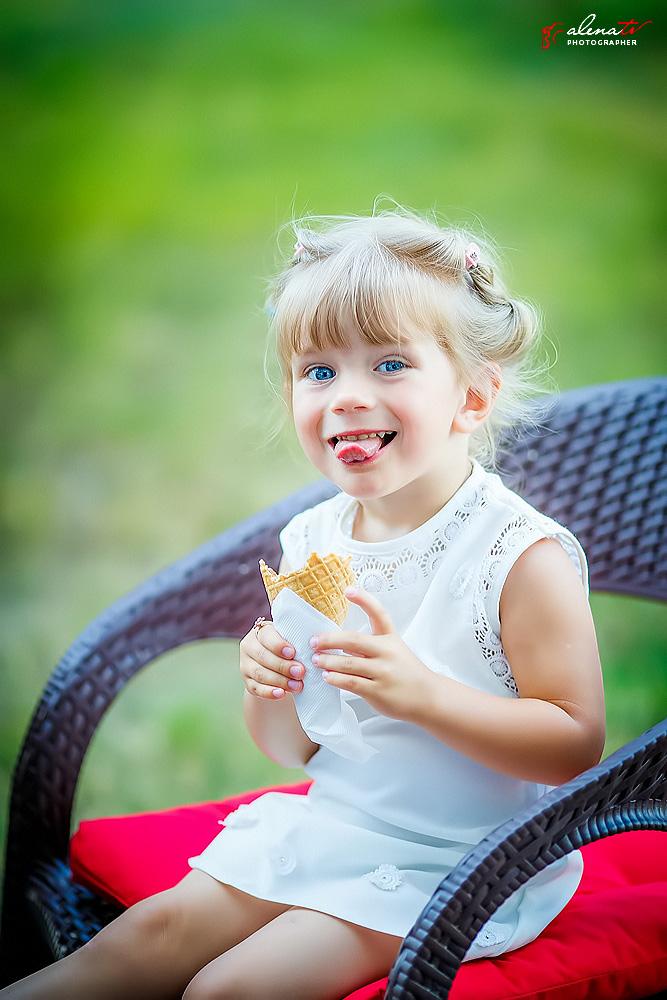 фото девочки с мороженым