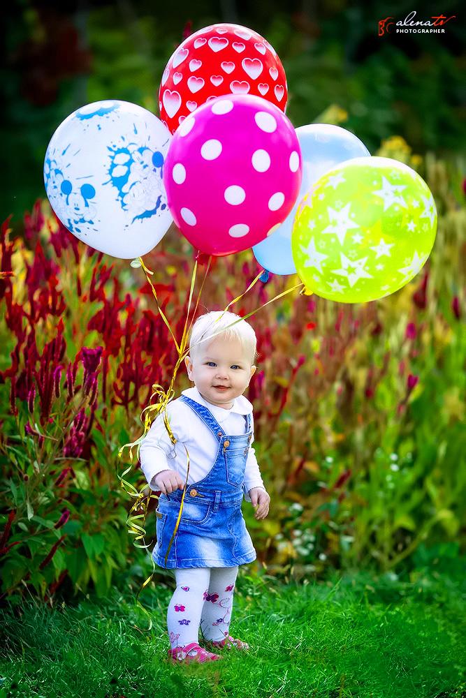 девочка с шарами фото