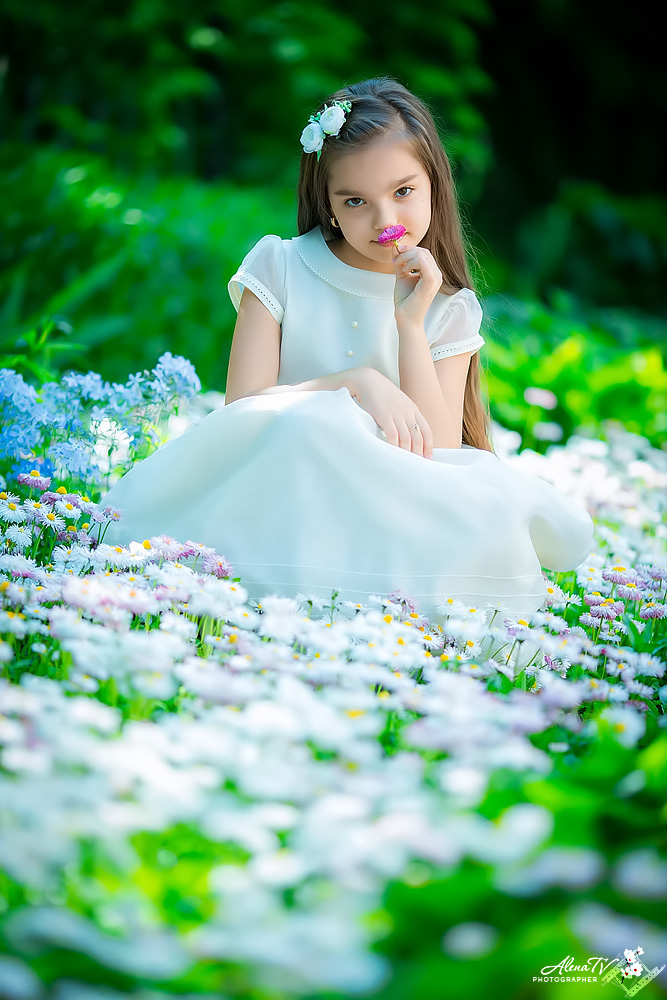 девочка среди цветов фото