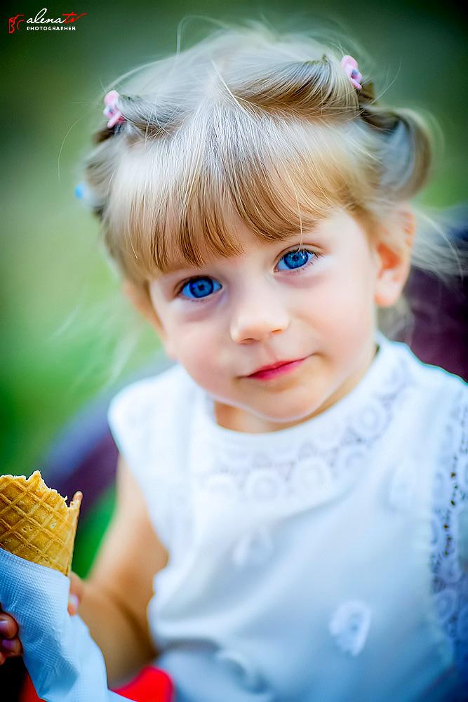 портрет девочки с мороженым