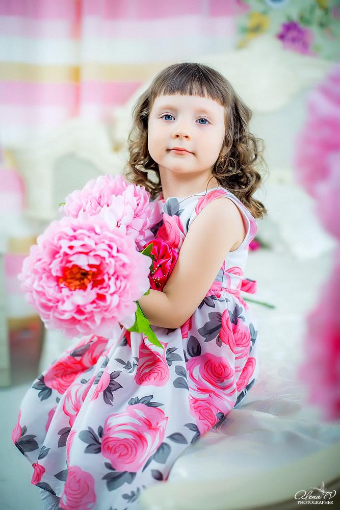 девочка с цветами в студии фото