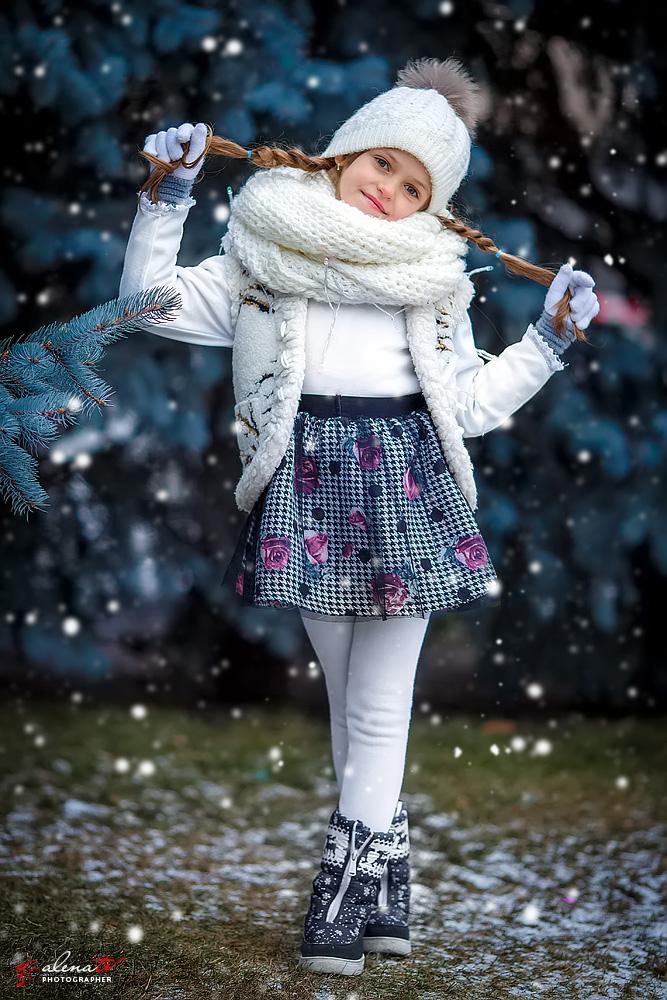 девочка с косичками у елки