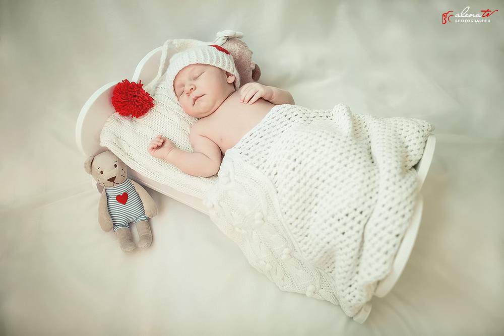 новорожденный в кроватке фото