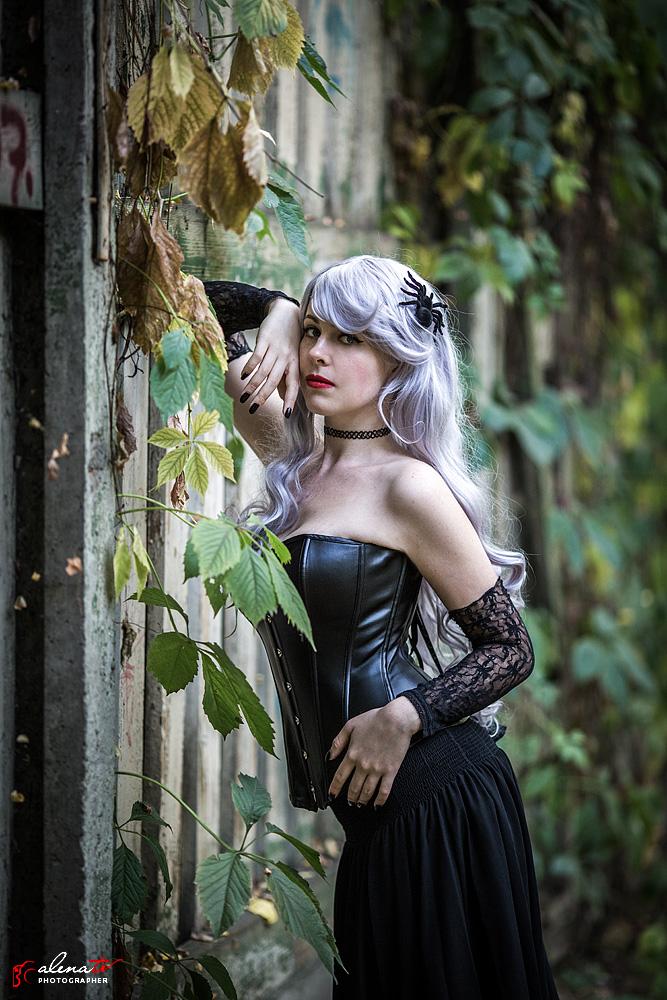 фотосессия девушки с пауком в волосах