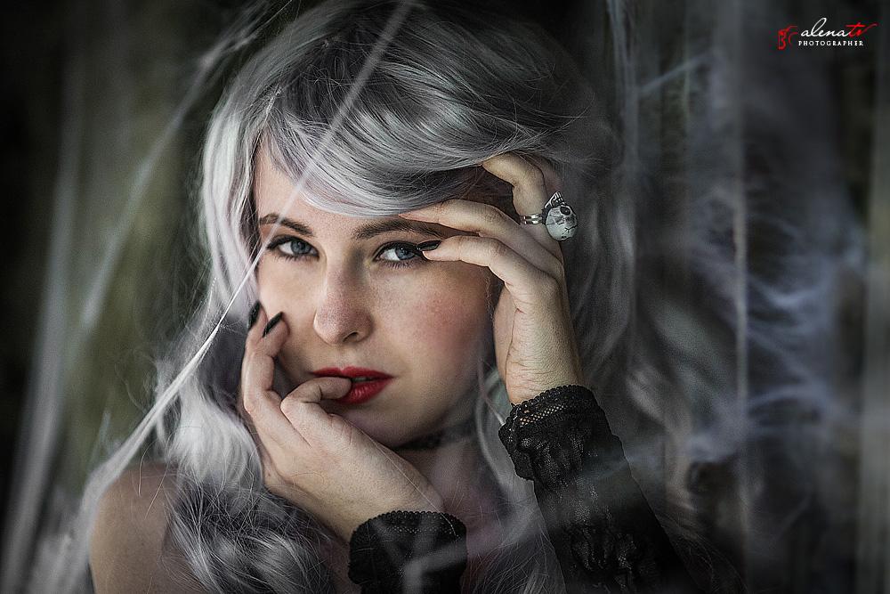 портрет девушки в паутине