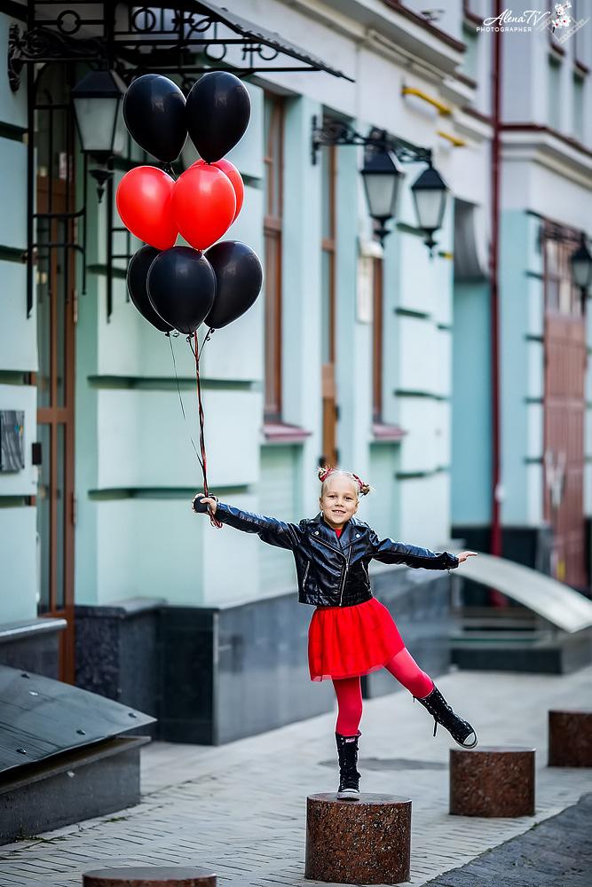 девочка с шариками фото