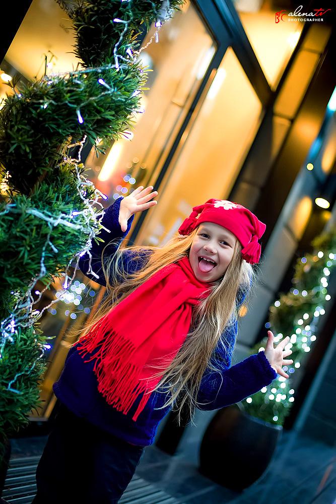 / девочка возле елки зимой