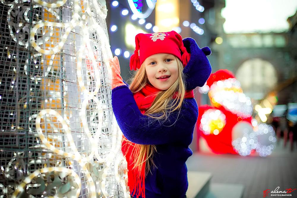 девочка зимой с гирляндами